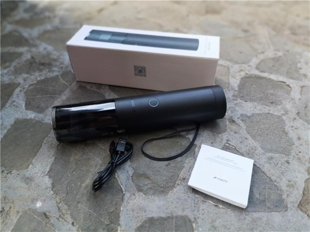 Μέσα στο κουτί, υπάρχει η ηλεκτρική σκούπα, ένα καλώδιο USB Type-A micro-USB για την φόρτιση και το εγχειρίδιο οδηγιών.